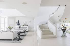 weiße moderne luxus haus schaufenster wendeltreppe und