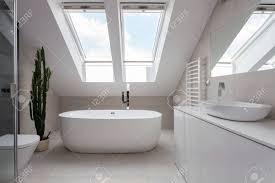 porzellan freistehende badewanne in weiß gestaltet badezimmer