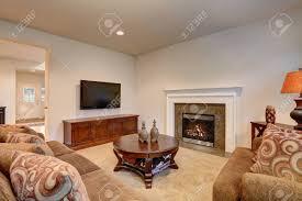 klassisch braun und weiß wohnzimmer interieur mit teppichboden mit blick auf kamin mit fliesenverkleidung dekoriert