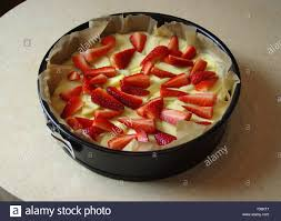 vorbereitung hefe kuchen mit apfel und erdbeere zu backen