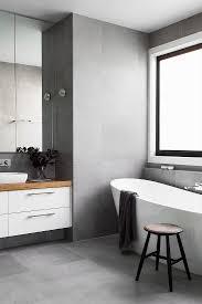 stehende badewanne vor fenster und bild kaufen
