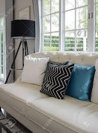 weiße und blaue kissen auf einem weißen ledercouch im vintage wohnzimmer