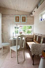 antike stühle und alte bank am tisch im bild kaufen