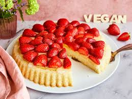 veganer erdbeerkuchen mit luftigem biskuitboden