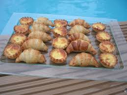 mini quiche pate feuilletee croissants et mini quiches pour l apéritif dans la cuisine de