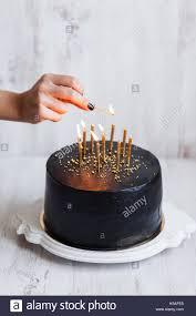 schwarz geburtstag kuchen mit frau brennende kerzen