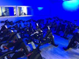 salle de sport avec fitness et cours collectifs de bike à