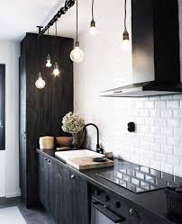 credence cuisine noir et blanc cuisine noir et blanc design avec mur en carrelage métro