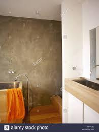 badezimmer mit modernen hölzerne badewanne und waschbecken