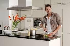 fototapete kochender mann in moderner küche