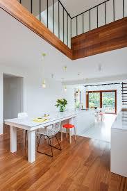 offene küche mit weißem esstisch bild kaufen 12687568