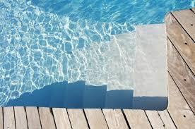 margelle piscine en bois choisir matériau de margelle de piscine habitatpresto
