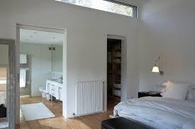schlafzimmer mit langem fensterschlitz bild kaufen
