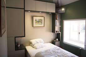 placard encastrable chambre rénovation maison de cagne chambre à coucher vert meuble sur