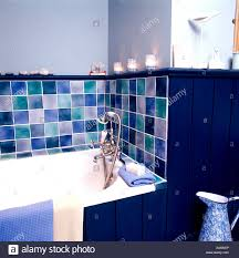 traditionell blau badezimmer mit blauen und türkisfarbenen