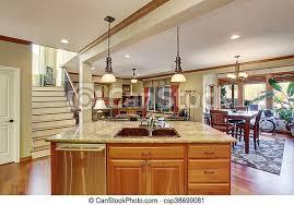 offener bodenplan blick auf die kücheninsel mit waschbecken