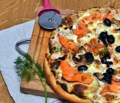 cuisiner la truite pizza à la truite fumée base crème boursin cuisine les délices de
