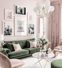 stilvolle bilderwand rosa grünes wohnzimmer schwarz weiß poster goldrahmen