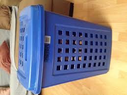 panier a linge bleu photo panier linge sale en plastique bleu grande conte