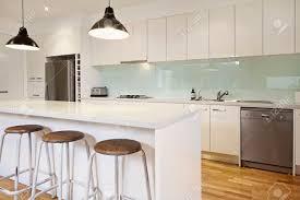 weiße moderne küche mit insel und barhocker