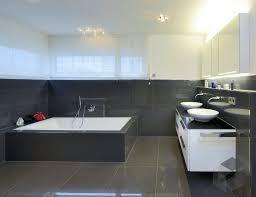 modernes bad mit großen fliesen dunkelgrau badezimmer