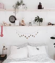 schlafzimmer im boho look mit regalen über dem bett