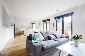 offenes wohnzimmer küche moderne haus mit grauem sofa