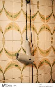 ein föhn hängt im retro badezimmer an der wand ein