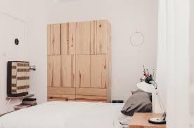 altbauschlafzimmer mit modernem kleiderschrank gemütlichem