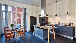 schwarze next125 küche mit eichenholz kochtisch und fronten
