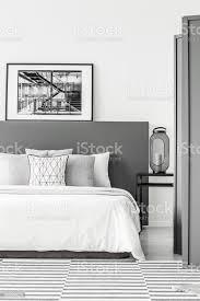 schwarz weiß einfache schlafzimmer stockfoto und mehr bilder beige