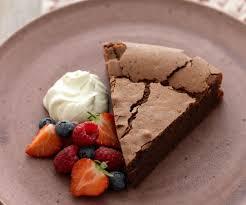 schokoladen haselnuss torte mit frischen beeren
