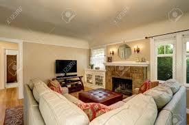 gemütliches wohnzimmer zwischen mit gemauerten kamin fernseher und beige northwest usa