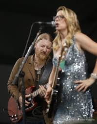 Susan Tedeschi, Right, And Derek Trucks, Back Center, Of The ...
