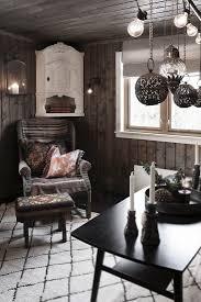 korbsessel im wohnzimmer mit dunklen bild kaufen