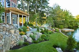 Aménager Son Jardin En Pente - Conseils Pratiques Et Photos ... Landscape Sloped Back Yard Landscaping Ideas Backyard Slope Front Intended For A On Excellent Tropical Design Tampa Hill The Garden Ipirations Backyard Waterfall Sloping And Gardens 25 Trending Ideas On Pinterest Slopes In With Side Hill Landscaping Stones Little Rocks Uk Cheap Post Small