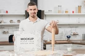 mann in der küche hält nudelholz kostenlose psd datei