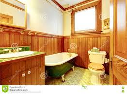 brown und grünes antikes badezimmer mit planke täfelten