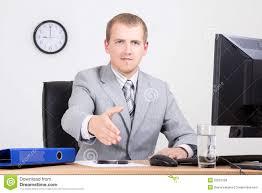 bureau homme d affaire homme d affaires offrant une de accueil dans le bureau photo