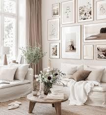 sommerliche bilderwand beiges wohnzimmer abstrakte poster