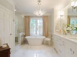 Mini Chandelier Over Bathtub by Best 25 Bathroom Chandelier Ideas On Pinterest Tubs Master