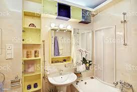 moderne badezimmer in gelb und blau leuchtende farben stockfoto und mehr bilder badewanne