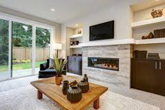 schöner moderner wohnzimmerinnenraum mit steinwand und kamin