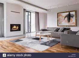 modernes wohnzimmer mit kamin sofa balkon und muster