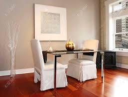 eleganter glastisch mit weißen luxus stühle in der modernen rekonstruierten wohnzimmer mit glas vase und weiße trockene äste und wandbild geschmückt