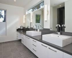 badezimmer badezimmer grauer boden weiße wand decoideen