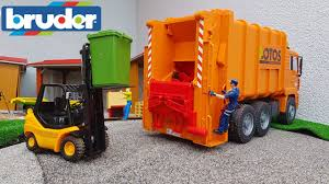 BRUDER Toys GARBAGE Truck At Work! - Clipzui.com