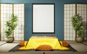japanisches trennpapier aus holz und niedriger kotatsu tisch