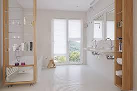 modernes badezimmer rollstuhlgerecht mit mosaik fliesen weiß