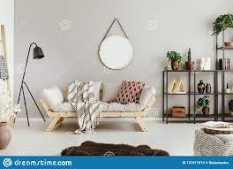 beige wand in stilvollem boho wohnzimmer mit elegantem sofa